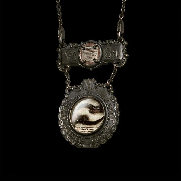 V. Sabrina,サブリナ,真鍮,アクセサリー,アンティーク,標本,封入,ネックレス,ブローチ,剥製標本,剥製,カラス,鉤爪