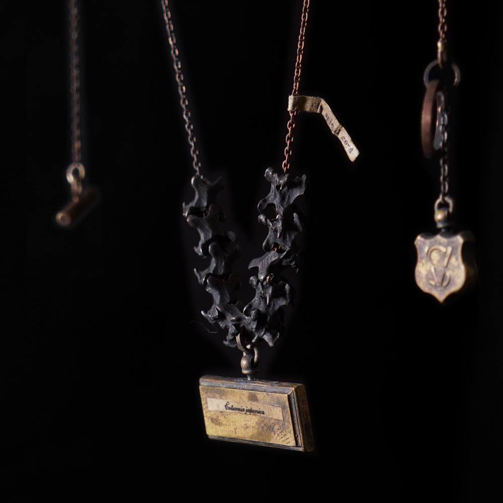 V. Sabrina,サブリナ,シルバー,真鍮,アクセサリー,アンティーク,ウズラ,鶉,頸椎,骨格,骨,模型,ネックレス
